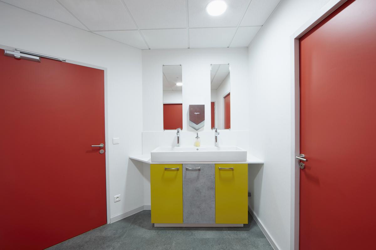 meuble de toilette sur mesure pour bureaux - Copernic - architecture d'intérieur